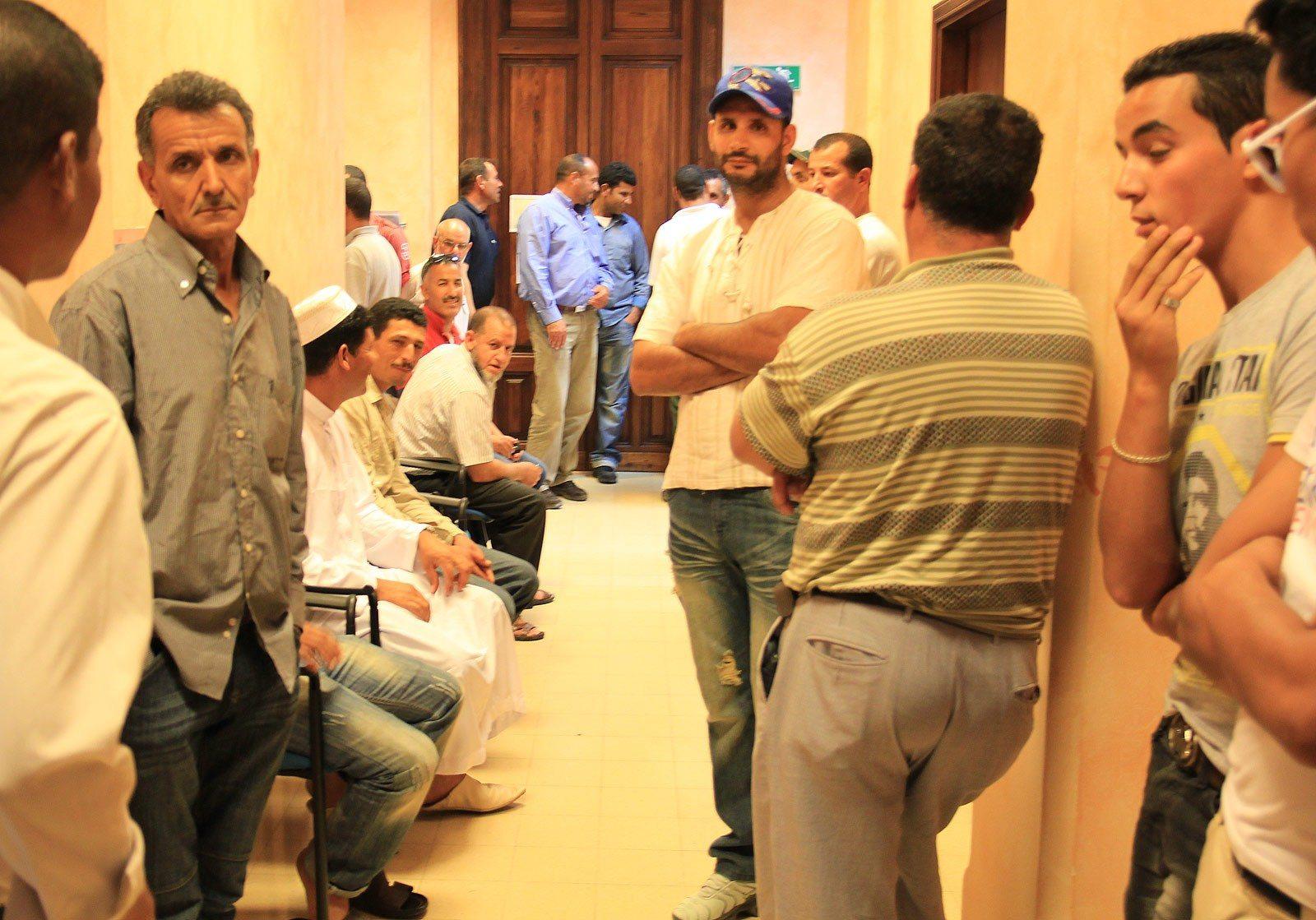 marocchini in fila stranieri immigrazione in coda