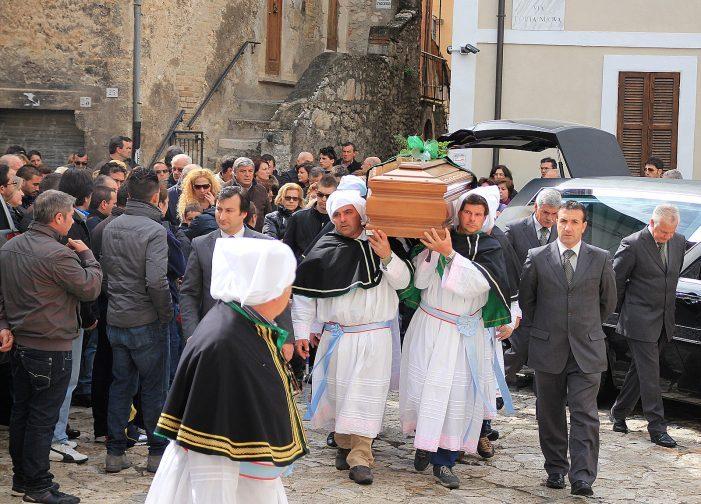Cittadini commossi e confraternita in corteo ai funerali di Antonio Di Summo