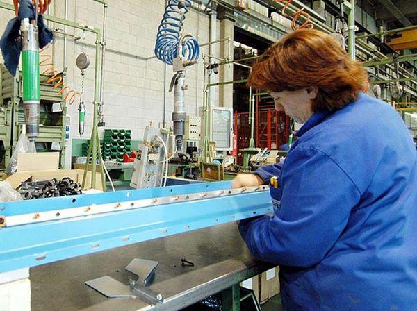 Azienda, operai al lavoro, piccole e medie imprese