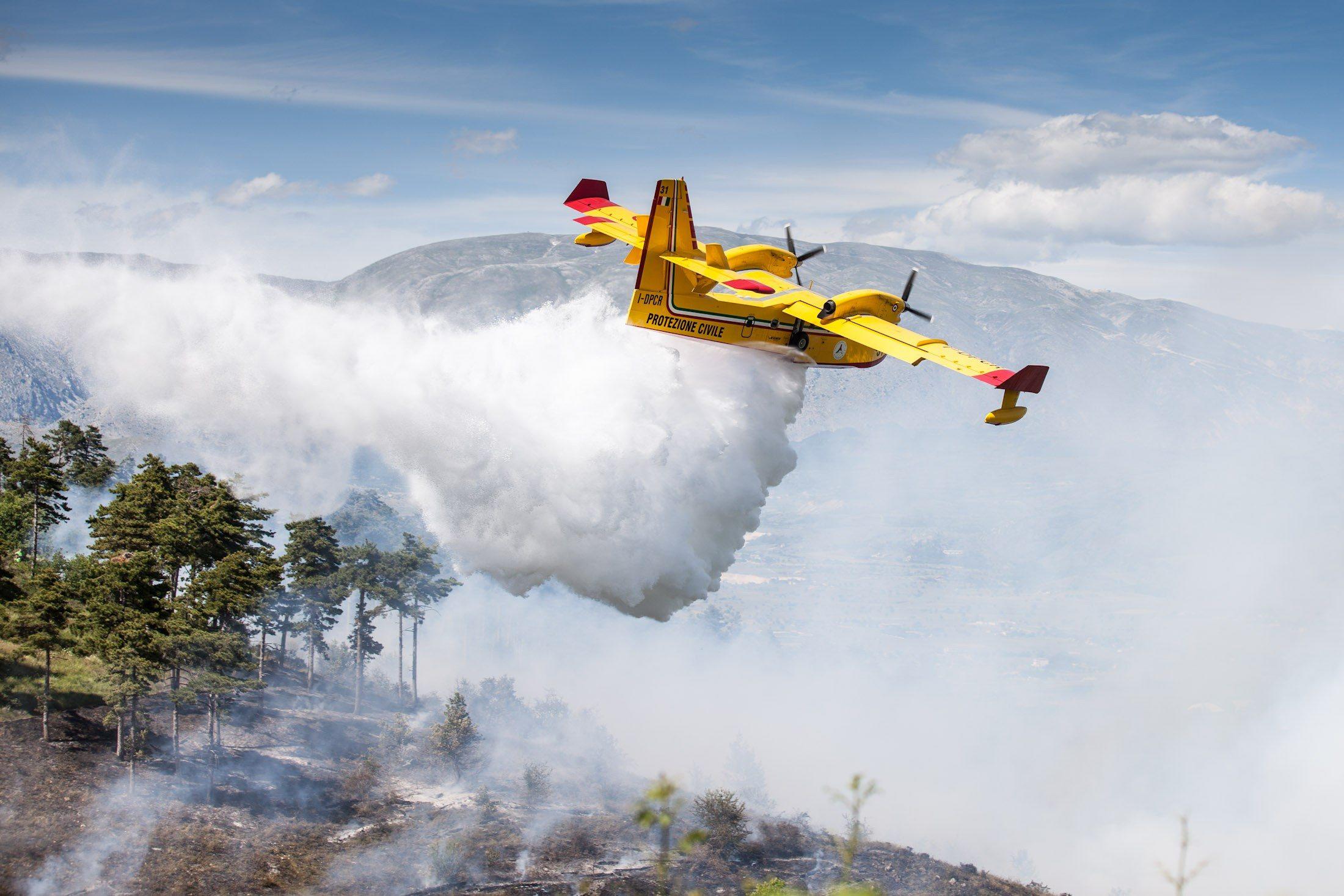 Incendio, canadair al lavoro (4)