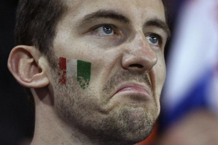 tifoso italiano deluso per la sconfitta dellla nazionale di calcio