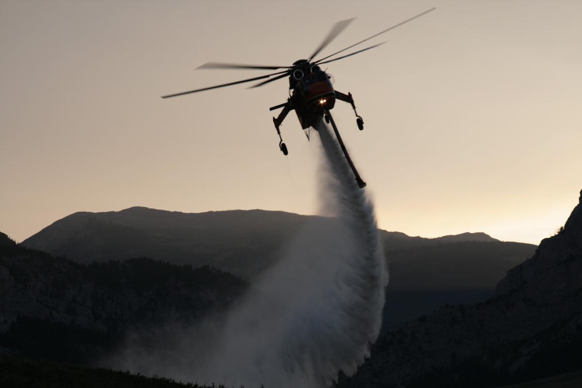 Elicottero Erickson 64 in azione per spegnere le fiamme 2