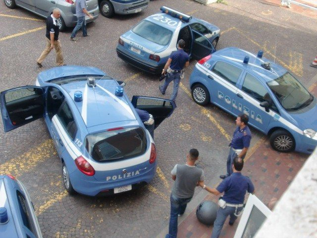 Picchiano e rapinano un connazionale alla stazione, due marocchini rintracciati