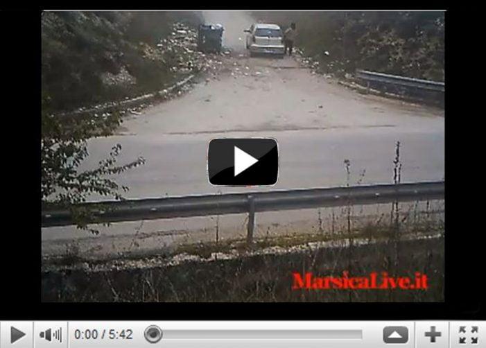 Vengono filmati dalle telecamere mentre gettano i rifiuti nelle discariche abusive