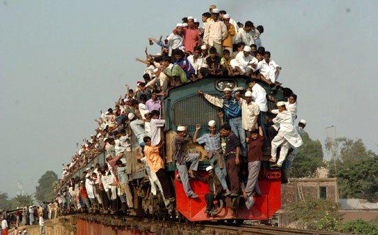 Treno dei pendolari, foto tragicomica
