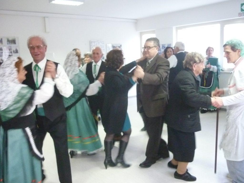 Festa grande con balli e musica per gli anziani della casa for Piani di progettazione di case di riposo