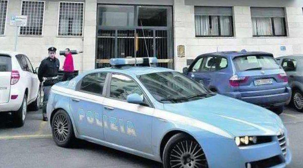 agenti di polizia vicino alla volante