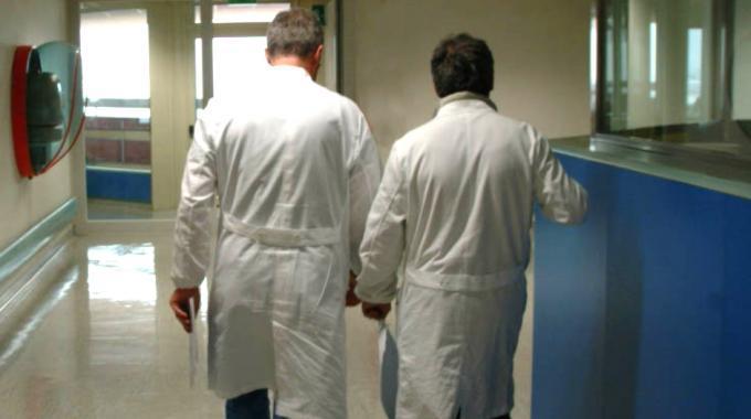 Morte sospetta in ospedale, tre medici e due infermieri accusati di omicidio colposo