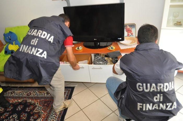 Droga nascosta sotto il letto, arrestato dalla guardia di finanza con tredici  involucri