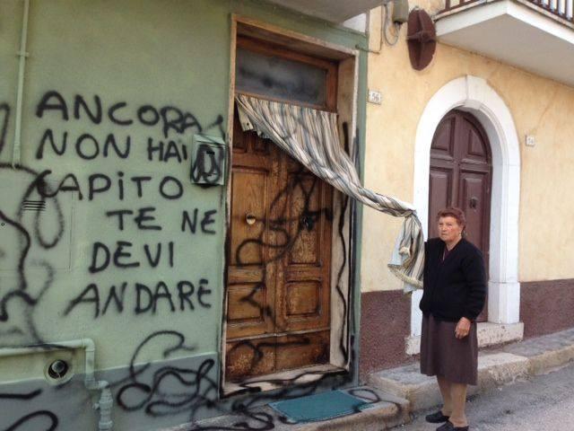 Ordigno esplode davanti all 39 abitazione di un 39 anziana - Scritte muri casa ...