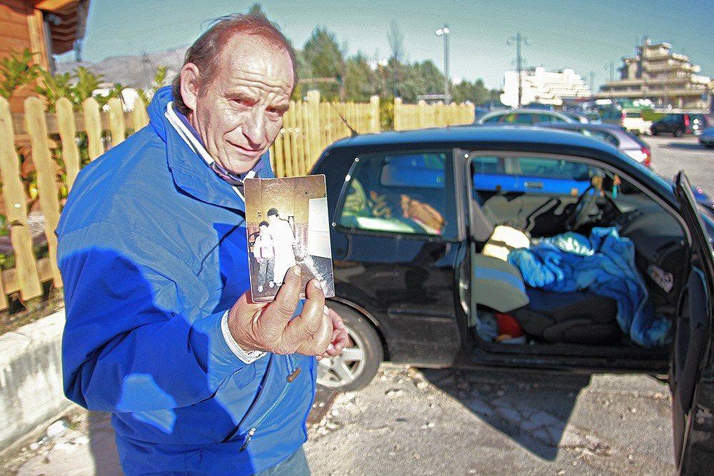 clochard che vive in macchina da un anno ad Avezzano (3)