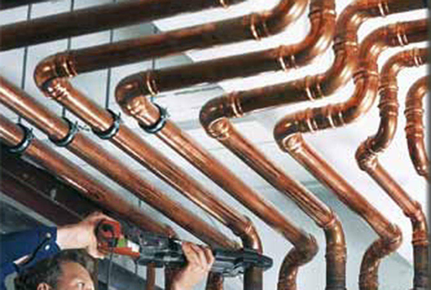Tagliano i tubi dall 39 impianto di riscaldamento di una for Isolamento per tubi di riscaldamento in rame