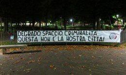 CasaPound striscioni a Piazza Torlonia per denunciare il degrado urbano e l'aumento di criminalità in città