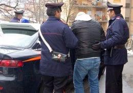 Rubano il portafoglio a un cliente del bar in centro ma vengono scoperti e arrestati