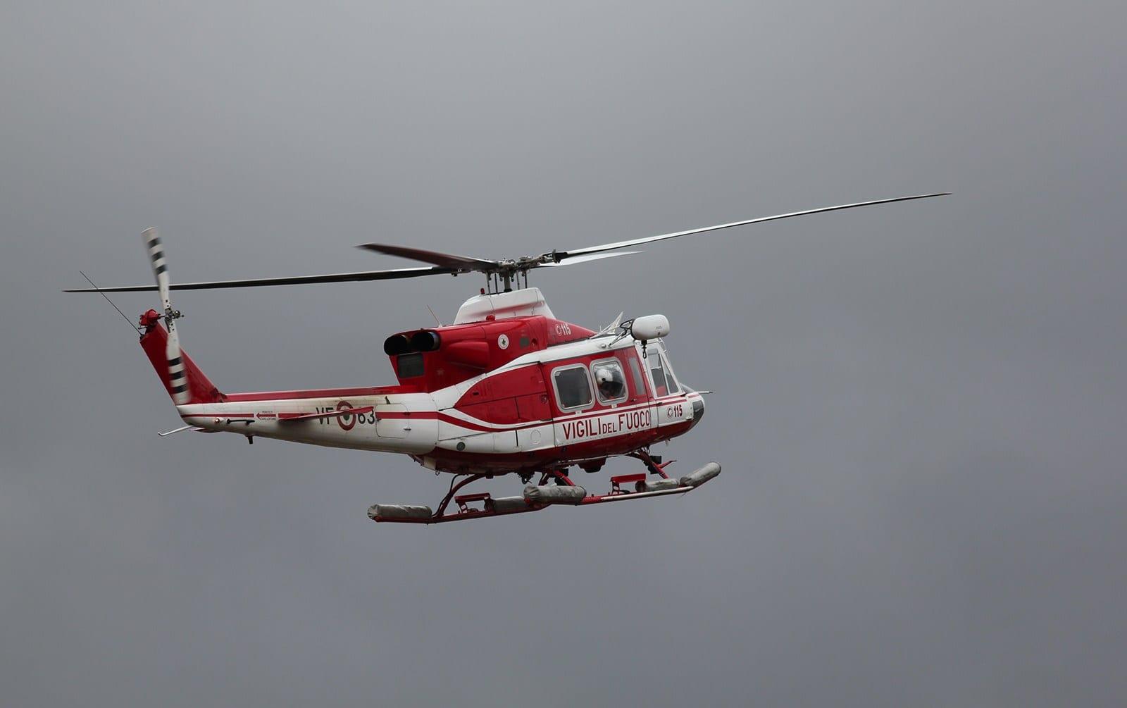 Un Elicottero : Rumoroso atterraggio di un elicottero dei vigili del fuoco al