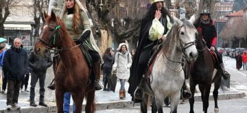 Sfilata delle maschere a cavallo per la gioia di grandi e piccoli