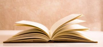 Nero è il cuore del papavero: la professoressa Tocci presenta il suo nuovo libro