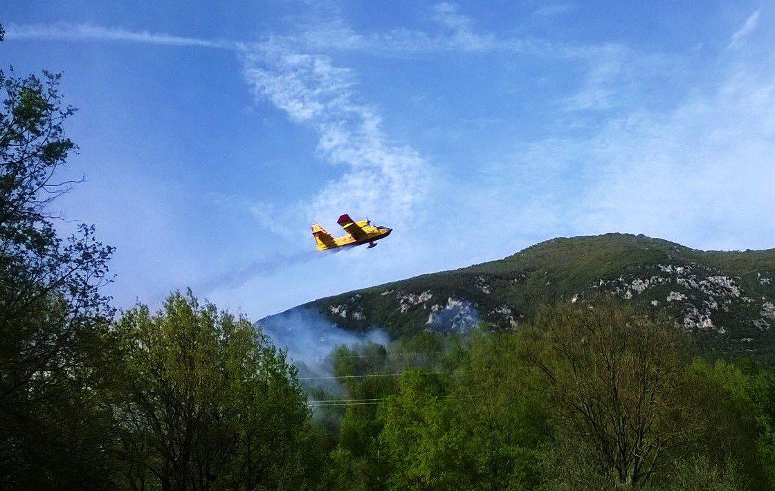 incendio nella Valle Roveto vigili canadair (2)