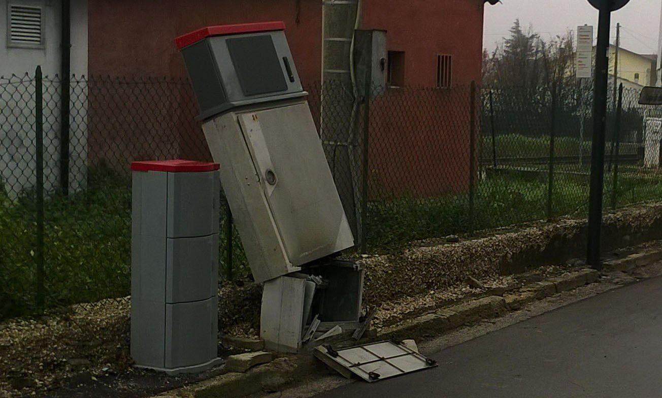 Cabina Telefonica : Ubriaco distrugge la cabina telefonica per la linea veloce poi si
