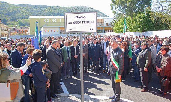 Folla commossa alla cerimonia in ricordo di don Mario Pistilli, il sindaco: una vita dedicata agli altri