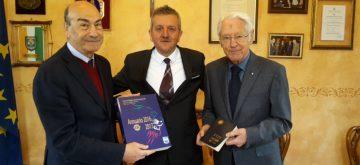 Il Lions club di Avezzano dona cinquanta annuari all'archivio storico del Comune