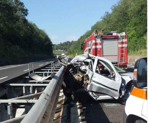 Incidente A24, veicolo si ribalta in autostrada: tratto chiuso e code