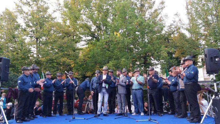 La pioggia non ferma gli Alpini, inaugurato il nuovo monumento dedicato allo storico corpo d'arma
