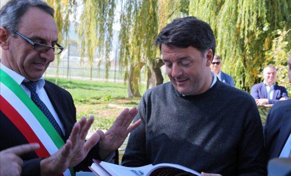 """Renzi nella Marsica col 'golfino abruzzese': """"qui abbiamo investito"""". Giornalisti fuori da Telespazio (Diretta)"""