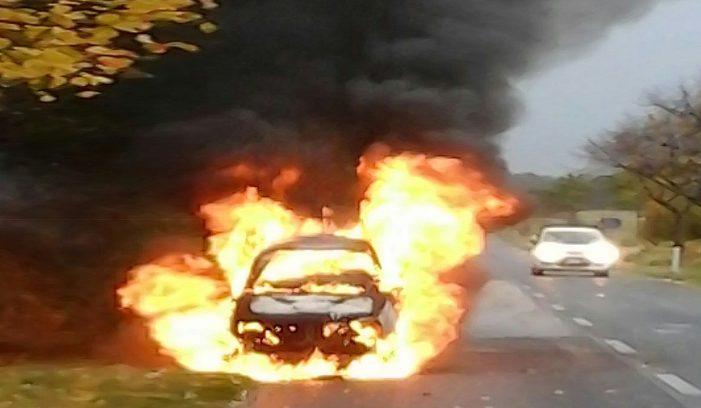 Auto avvolta dalle fiamme lungo via Marsicana, il conducente ha abbandonato a bordo strada