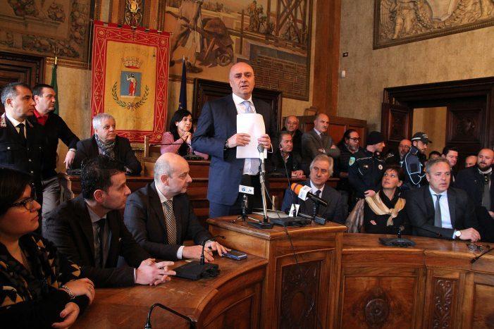 Il sindaco di Avezzano riconsegna la fascia [Diretta] De Angelis sceglie di dimettersi dopo anatra zoppa