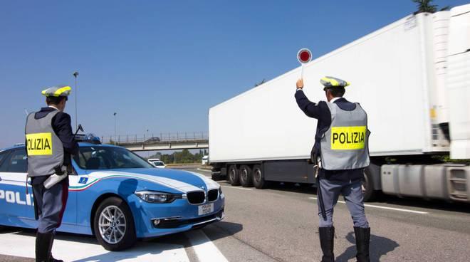 Scovata la banda degli assegni falsi, tre uomini e una straniera trasportavano ettolitri di carburante
