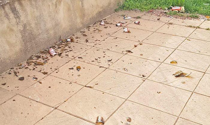 Vetri e bottiglie rotte nella notte nel giardino dell'asilo, furti e vandali scatenati a Villa San Sebastiano
