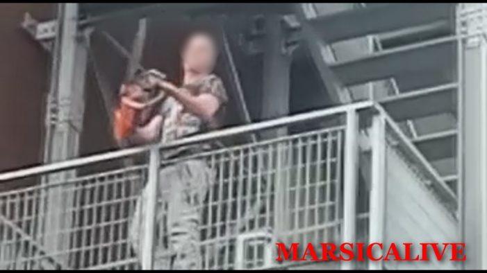 Blitz di un residente con la motosega all'ex casa di riposo per cacciare stranieri e tossici [Video]