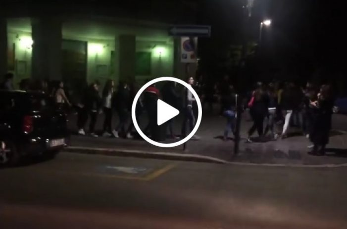 """Maturità, i ragazzi del Torlonia di Avezzano cantano """"Notte prima degli esami"""" davanti al Liceo (video)"""