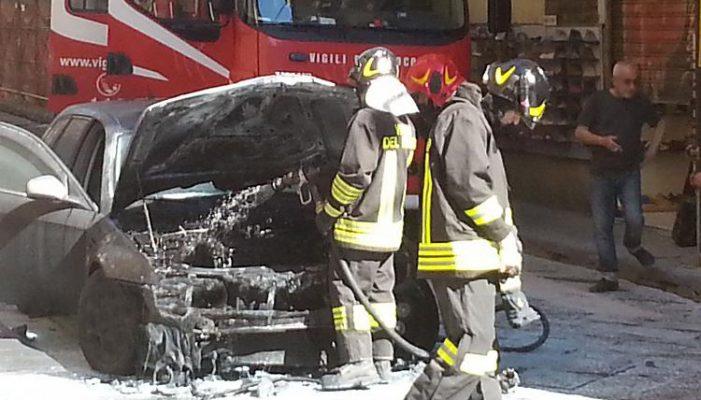 Auto in fiamme nella zona di Caruscino ad Avezzano, indagini in corso sulle cause del rogo